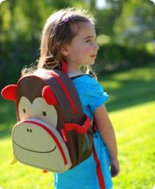 Op school, op vakantie of tijdens een logeer partijtje. Daze leuke kinderrugzak Zoo Pack Aap van het merk Skip Hop neem je overal mee naar toe! Deze mooie rugzak is van goede kwaliteit en gemaakt van milieu-vriendelijk afwasbaar kunststof.