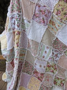 Shabby country quilt...I could see me curled up with this and a good book!