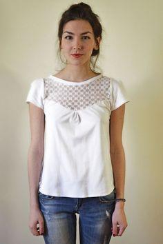 Kurzärmlige weiße Bluse mit weißer Spitze vorne und hinten. Baumwoll-Jersey-Stoff.  Wir helfen Ihnen gerne, wenn Sie Fragen haben! Danke!  *Größe S* Brustumfang 81-86cm Taillenumfang...