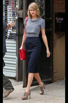 Taylor Swift con vestido de dos piezas de Oscar del Renta, bolso rojo de J. Mendel y zapatos de Saint Laurent. Foto: © Getty Images, Cordon Press, GtresOnline