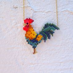 Weaving brick stitch motif rooster in Miyuki Delicas beads by Coeur citron - Ideas & Thoughts Seed Bead Patterns, Beaded Jewelry Patterns, Peyote Patterns, Beading Patterns, Stitch Patterns, Seed Bead Art, Seed Bead Crafts, Seed Bead Jewelry, Bead Lizard
