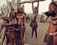 A beleza da tribo Himba, os últimos povos nômades da África  05