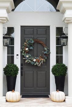 Traditional Fall Entry Decor Door paint color Dunn Edwards Renwick Brown - New Ideas Entrance Decor, House Entrance, Front Door Decor, Entrance Ideas, Fall Home Decor, Autumn Home, Holiday Decor, Entry Way Design, Entrance Design