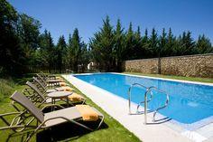 Si visitamos el hotel en verano, podremos aprovechar para darnos un baño en su piscina exterior. Aunque no es muy grande, es ideal para descansar al sol en una de sus tumbonas, rodeados de vegetación y con el único sonido de los árboles moviéndose ligeramente por el viento.
