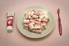 Итальянский художник Джузеппе Коларуссо (Giuseppe Colarusso ) вдохновляется обычными предметами, такими, как чашки, зубные щетки или рожок для мороженого и объединяет их с другими объектами повседневной жизни для интеллектуальной интерпретации.