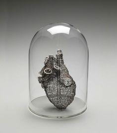 Riproduzione anatomica di un cuore all'uncinetto di Anne Mondro