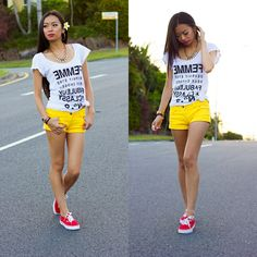 Hotpants in strahlend Gelb rote Sneakers und T-Shirt