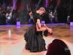 Me gusta paso doble. Paso doble es de España. Derek Hough y Nicole Scherzinger bailen juntos.