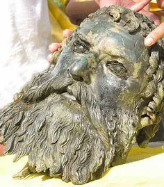 The beauty of ancient Greece - BCE Thrace. Photo: Bronze Portrait of Seuthes III found in a stone-lined pit in front of the entrance to his royal tomb in Bulgaria. The Ruler of the most powerful Thracian tribe, the Odris. Ancient Aliens, Ancient Rome, Ancient Greece, Ancient History, Historical Artifacts, Ancient Artifacts, Archaeological Finds, Art Sculpture, Alexander The Great