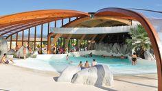Groot luxe buitenzwembad om mensen in de zomer te laten kunnen genieten.
