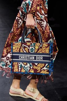 Christian Dior Spring 2021 Ready-to-Wear collection, runway looks, beauty, models, and reviews. Dior Fashion, Fashion News, Fashion Beauty, Vogue Paris, Christian Dior, Fashion Runway Show, Dior Dress, New Instagram, Mannequins