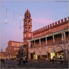 """""""Aspettando il #Natale"""" La #PicOfTheDay #turismoer di oggi passeggia per la #PiazzadelPopolo di #Faenza in un pomeriggio di dicembre. Complimenti e grazie a @luciao91 / """"Waiting for #Christmas.."""" Today's #PicOfTheDay #turismoer walks through the main square of #Faenza in a December afternoon. Congrats and thanks to @luciao91"""