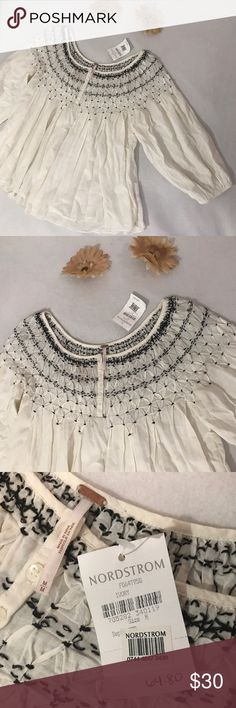 •Free People• Peasant Top Free People Peasant Top. Size: Medium. NWT. Never worn. Can be worn on many different ways like off the shoulder. No flaws. Excellent condition. Non smoke home. Free People Tops Blouses