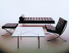 Explore the authentic Barcelona Table from Knoll by Ludwig Mies van der Rohe. This midcentury classic is the epitome of modern furniture design. Ludwig Mies Van Der Rohe, Design Furniture, Chair Design, Dream Furniture, Barcelona Daybed, Barcelona Pavilion, Design Bauhaus, Bauhaus Art, Bauhaus Furniture