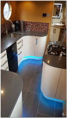 A very modern looking narrowboat kitchen interior Narrowboat Kitchen, Narrowboat Interiors, House Boat Interiors, Canal Boat Interior, Sailboat Interior, Yacht Interior, Luxury Interior, Houseboat Living, Houseboat Ideas