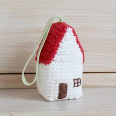 Crochet this cute house ornament! You only need a little bit of yarn. Full photo tutorial in English and Dutch. Enjoy!