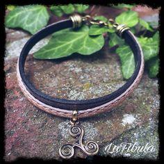 Dieses schlichte Armband gehört zu meinen Lieblingsstücken! Die braunen Lederbänder harmonieren perfekt zum bronzenen Triskel. I love it!