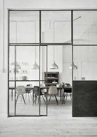 Le vetrate interne, dette anche glass wall (muri di vetro), sono una soluzione che troviamo spesso sia nelle abitazioni con grandi spazi co...
