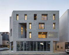앤 하우스 전경. 외벽 마감은 저렴한 시멘트 벽돌이다. 중성적인 생김새 때문에 오히려 다양한 표정의 연출이 가능하다.사진작가 노경 제공