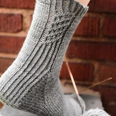 Knitted Slippers, Knit Mittens, Knitting Socks, Hand Knitting, Knitting Patterns, Knit Socks, Knit Crochet, Crochet Hats, Grey Socks