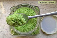 Il sale aromatizzato alle erbe è ideale per insaporire o piatti ed è un ottimo modo per consumare le piantine prima del gelo invernale
