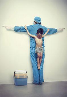Os Intocáveis: Crucificação infantil e denúncia social por Erik Ravelo
