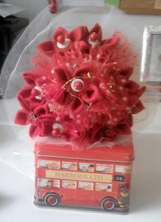 bouquet di laurea con margherite di stoffa e fiori di tulle