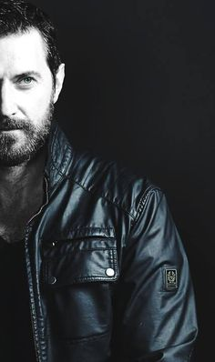 A little exception for Richard Armitage here - he's not showing his abs, but still looks pretty hot in leather :P