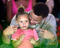 Stephen Curry's two-year-old daughter Riley Curry stole the show at the 2015 Kids' Choice Sports Awards -- see what happened Stephen Curry And Daughter, Stephen Curry Family, The Curry Family, Father Daughter, Kids Choice Sports Awards, Kids Choice Award, Choice Awards, Cute Family, Sport