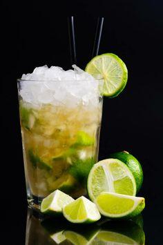 #Caiperinha  Een klassieker uit de contreïen van Zuid Amerika. Fris met een klein zuurtje, de heftigheid van de cachaca en het zoetje van de suiker maken dit tot een waar genot. Waar veel mensen dit zien als de simpele Mojito, is het vergelijkbaar en verwant eraan, maar een even moeilijke als verrassende cocktail wanneer je deze goed maakt. Officieel gebruik je groene citroenen, echter zijn deze Europa slecht te krijgen… dus gebruiken we het beste alternatief, limoenen.