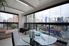* Cobertura semi-nova (3 anos) totalmente mobiliada e decorada por arquiteto, todos os móveis são planejados, ficam os eletrodomésticos, entre outros. 02 vagas de garagem.