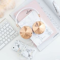 Pink, white, marble and rose gold flatlay photography inspiration Minimalist Interior, Minimalist Bedroom, Minimalist Decor, Modern Minimalist, Macbook Skin, Tout Rose, Accessoires Iphone, Music Headphones, Iphone Headphones