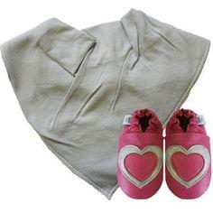 Zapatos de bebe DOTTY FISH de cuero suave con suela de gamuza. Corazones rosados y plateados con pañuelo y babero gris 0-6 meses. de Dotty Fish, http://www.amazon.es/dp/B00CP5L7EG/ref=cm_sw_r_pi_dp_3bAhsb1J14XZY