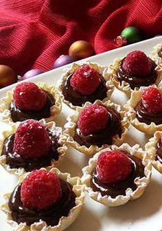 Copitas de pudín de chocolate JELL-O Instant Pudding- Las frambuesas y el chocolate son una pareja perfecta y servidos en una copita de hojaldre hacen de este postre un bocadillo delicioso y apropiado para cualquier fiesta. ¡Feliz Navidad con cariño!