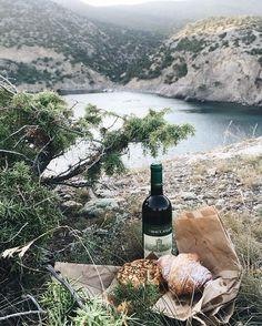 Fast picnic❤️ Какое крымское вино посоветуете?я совсем не разбираюсь P.s. кому не успела ответить на письма по поводу съемки, отвечу ночью