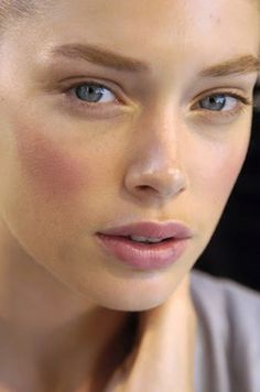 Doutzen Kroes makeup: Gorgeous blush and highlight the inner corners of your eyes.