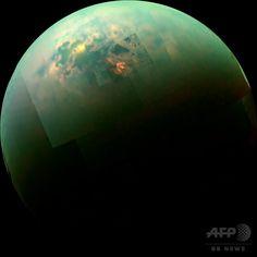 太陽の光を反射して輝くタイタンの湖、NASAが画像公開 国際ニュース:AFPBB News