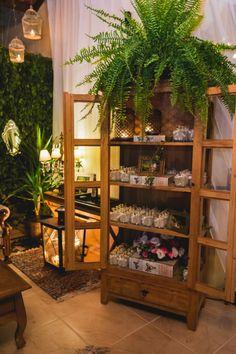 Armário de madeira com sabonete liquido personalizado para os convidados.