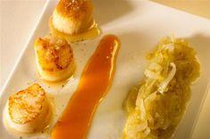 Poêlée de saint-jacques, beurre d'oranges, compotée d'endives de noël- Clarifier 100 g de beurre : le faire fondre au bain-marie, laisser reposer 20 minutes et ret...
