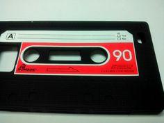 Que tal um visual retrô para o seu Samsung Galaxy S2 (i9100)? Isso é o que promete esta capa de silicone no formato de fita cassete. Nada como voltar à década de oitenta! Alguém lembra de como era legal rebobinar esta fita usando uma caneta bic? O som era uma droga mas a gente se divertia. Mas voltando ao produto, a capa é feita de silicone e se encaixa perfeitamente ao Galaxy S2. Pelo Leia mais [...]