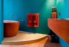 idées déco salle de bains: murs en turquoise et accents chauds