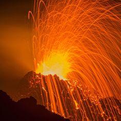 Il vulcano Piton de la Fournaise sull'isola de la Réunion. Questa è la seconda eruzione nell'ultimo anno dopo tre anni di dormienza
