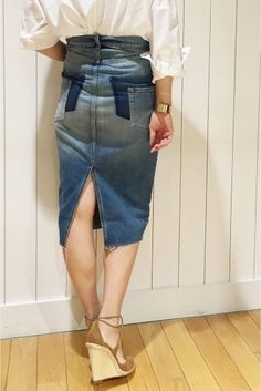 リメイクタイトスカート  リメイクタイトスカート 30240 BACKスタイルが魅力的なダメージデニムスカート シンプルに白シャツと合わせて トップスをラフにINにしてサイドのデザインをさりげなくポイントにして ボトムを主役にしたコーディネートが今の気分の1着です 取り扱いについては商品についている洗濯表示にてご確認下さい 店頭及び屋外での撮影画像は光の当たり具合で色味が違って見える場合があります 商品の色味はスタジオ撮影の画像をご参照下さい ブルーA着用スタッフ身長:164cm 着用サイズ36 モデルサイズ:身長:165cm バスト:73cm ウェスト:58cm ヒップ:85cm 着用サイズ:36