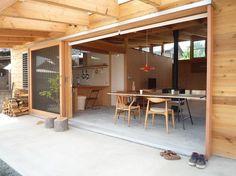 テラスと一体になった土間リビングは、窓を開けるとこれ以上ないほどの開放感を得ることができます。 建築家:小磯一雄|KAZ建築研究室「群馬県太田市・芝屋根住宅-1|mat house」