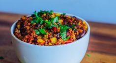 Deine individuellen Mengenangaben erhältst du von deinem Personal-Coach im Rahmen deines Nutrain-Ernährungskonzepts. Zutaten: Quinoa passierte Tomaten Tomaten Gemüsebrühe Kidney Bohnen Black Beans Mais Zwiebeln, rot Knoblauch, zerhackt Kokosöl 1 EL Paprikapulver 1 TL Koriander 1 Pfeffer 1 TL Kurkuma Zubereitung: Koche das Quinoa gemäß den Anweisungen auf der Verpackung. Schneide das Gemüse (Koriander, Zwiebeln, Tomaten,...