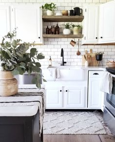 Fall Home Decor by Cynthia Harper. Simplified modern farmhouse kitchen Source by sollybaby Home Decor Modern Farmhouse Kitchens, Farmhouse Style Kitchen, Home Decor Kitchen, Rustic Kitchen, Home Kitchens, Kitchen Dining, Kitchen Cabinets, Farmhouse Decor, Kitchen Ideas