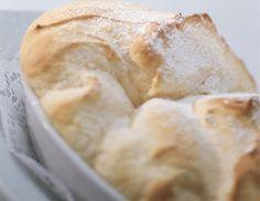 Für die Salzburger Nockerl in eine feuerfeste Porzellanform Milch bzw. Obers, Butter und der Hälfte des Vanillezuckers geben und bei 220°C für 5