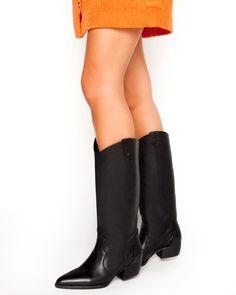 Grumman μπότα δέρμα χαμηλή από γνήσιο δέρμα σε χρώμα μαύρο. Το πέλμα της είναι πολύ μαλακό και το τακούνι της είναι τετράγωνο, σταθερό ύψους 3 εκ. Οι συγκεκριμένες μπότες αποτελούν ιδανική επιλογή για τα casual chic looks. Μπορούν να φορεθούν πρωί-βράδυ με jeans, κοντές φούστες ή oversized πουλόβερ σε στιλ φορέματος. Ένα ζευγάρι μαύρες μπότες από γνήσιο δέρμα είναι απαραίτητο must-have statement στη γυναικεία γκαρνταρόμπα. Casual Chic, Riding Boots, Knee Boots, Shoes, Fashion, Casual Dressy, Horse Riding Boots, Moda, Zapatos