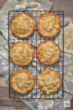 Empanadas de Piña y Manzana - Con Harina En Mis Zapatos Croissants, Grill Pan, Deli, Tapas, Sweet Recipes, Grilling, Bakery, Fruit, Cooking