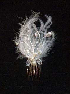 Peigne à cheveux orné de plumes perles strass et cristaux